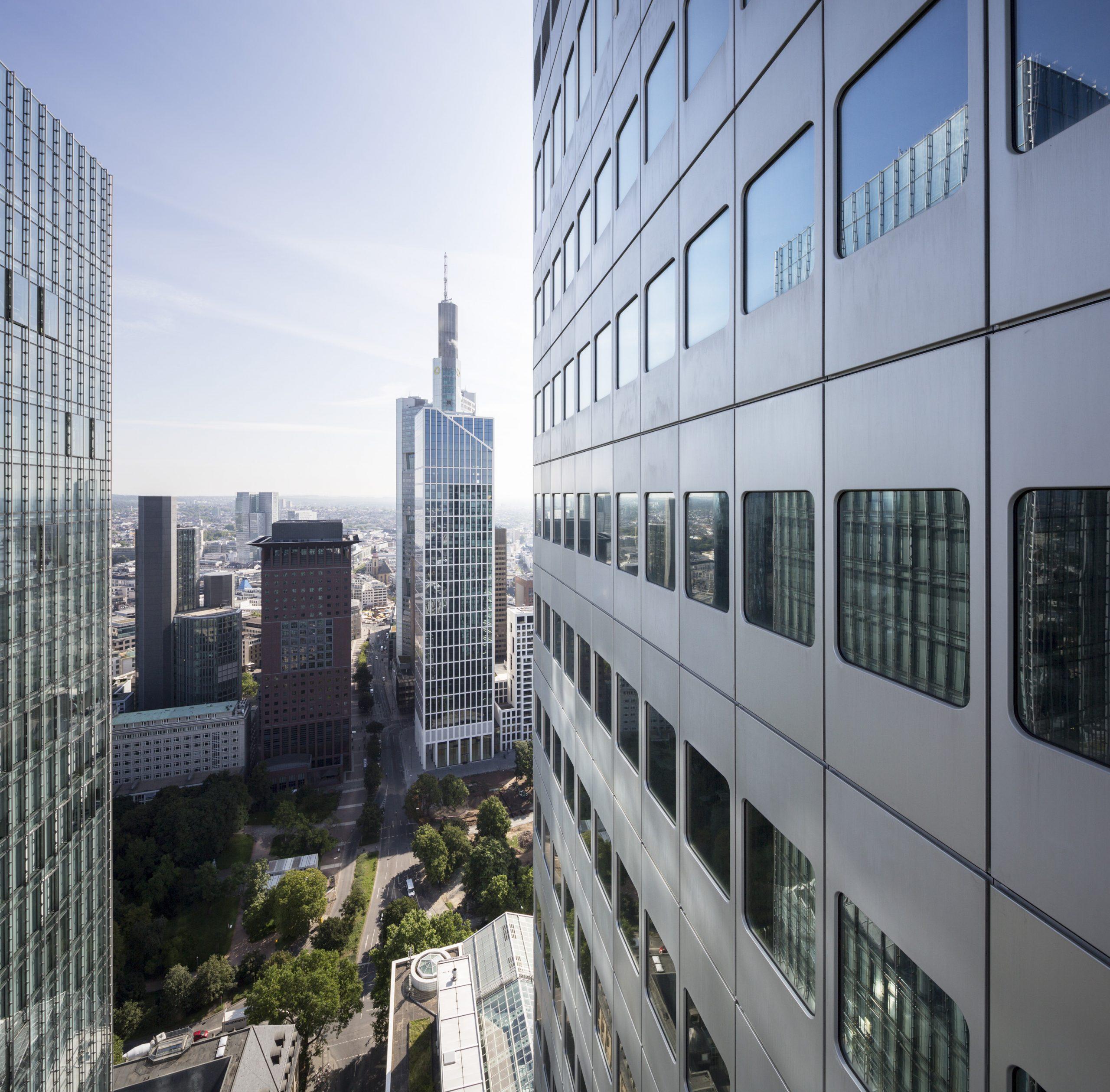 Luftaufnahme durch die Hochhäuser Frankfurts, mit Blick auf den Japan und den Commerzbank Tower