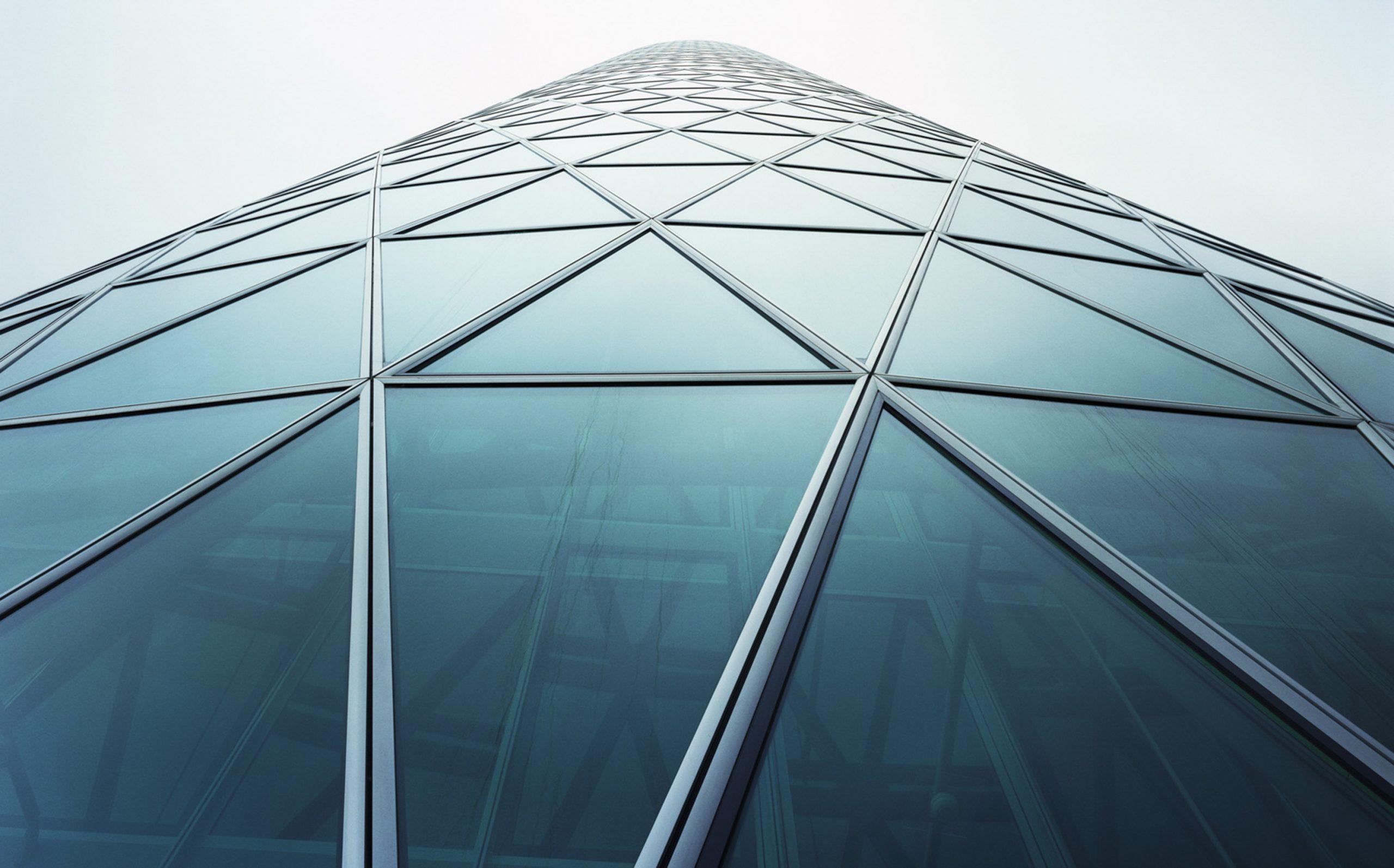 Fotografie von Hochhaus mit dreieckigen Fenstern