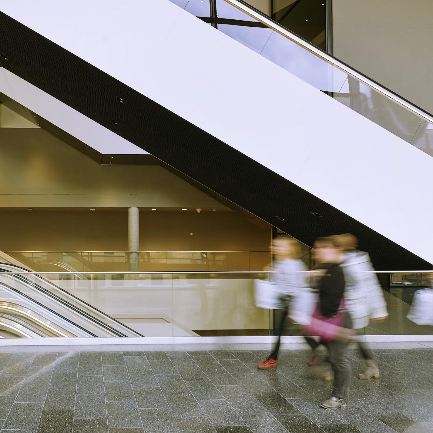 Filmproduktion Foto mit laufenden Personen in Gebäude
