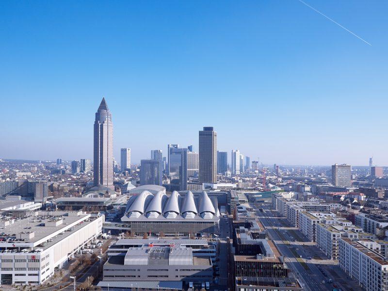Skyline Frankfurt mit Blick auf Halle 12 der Messe Frankfurt